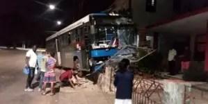 Ómnibus pierde el control e impacta una vivienda en La Habana