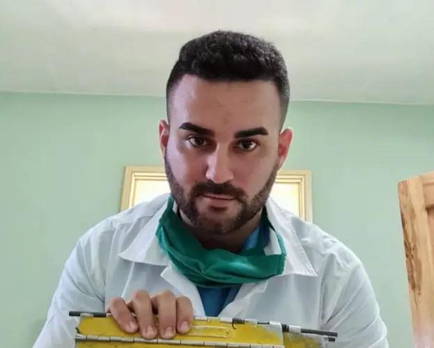 médico holguinero pesos Cuba salario