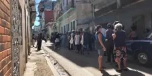Sentados y a la espera: así se arman las colas en Centro Habana