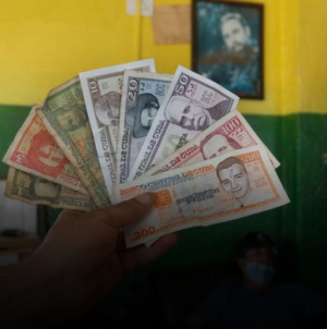 Depreciación del peso cubano: una caída libre en espiral