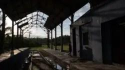 Cuba, los cubanos y un camino de rieles maltrechos