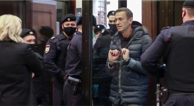 Opositor ruso Alexei Navalny es condenado a dos años y medio de prisión