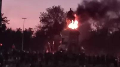 Manifestantes prenden fuego a histórico monumento en Santiago de Chile