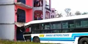 Ómnibus choca contra un edificio en Boyeros, La Habana