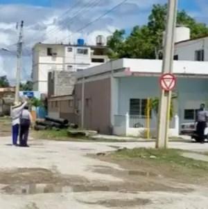 Cubano protesta frente a estación de policía en Caimanera