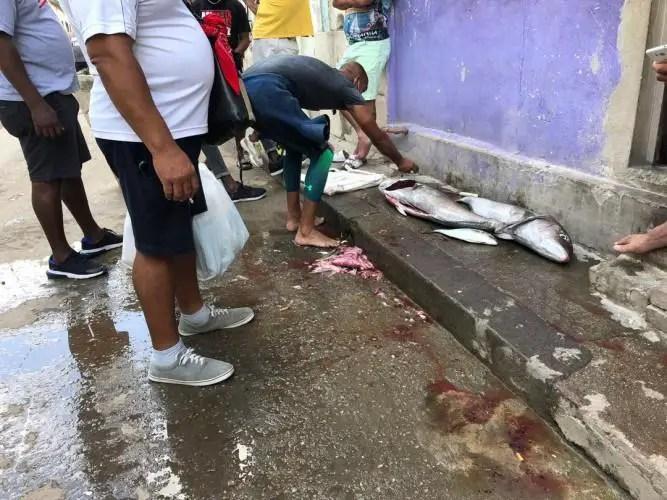 Pescador vendiendo el producto de su trabajo, más barato que en la red estatal. Foto del autor