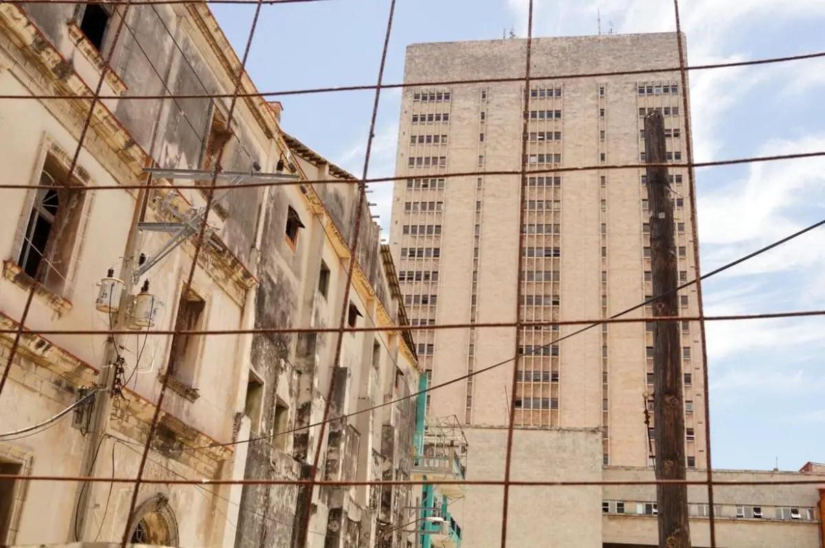La sanidad para los cubanos es un verdadero Calvario. Hospital Amaijeiras, en La Habana. Foto del los autores (1)