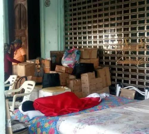 Familia plantada en portal de La Habana exigiendo viviendas dignas. Foto cortesía YAR