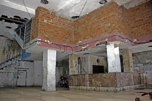 Lobby del antiguo hotel Bristol hoy transformado en cuartería por sus ocupantes. Foto Cortesía YAR (1)