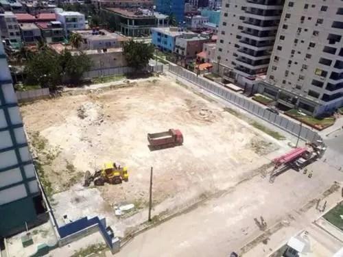 Los movimientos de tierra en las parcelas destinadas a hoteles no se han detenido con la pandemia. Foto P. Chang