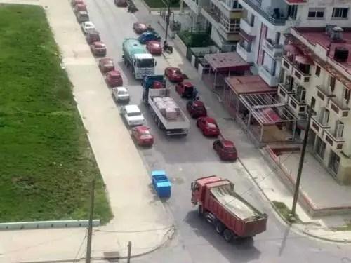 Movimiento de camiones cargados de materiales para construcción de nuevos hoteles. Foto P. Chang