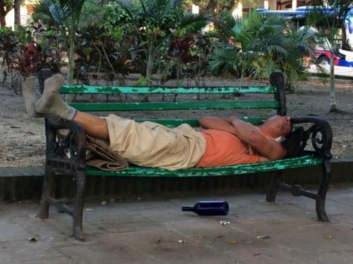 Alcohólico en un parque - Foto Fernando Donate.
