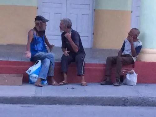 Alcohólicos en lugar público - Foto Fernando Donate