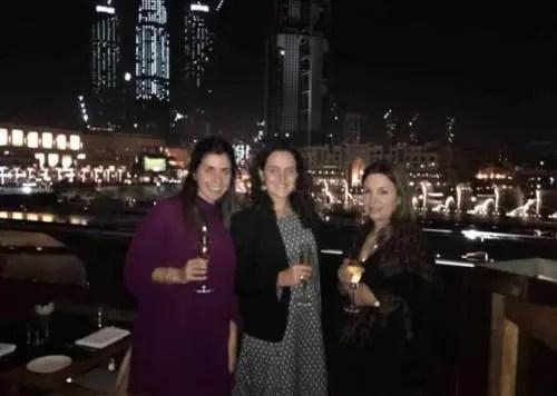 María Teresa en Dubai, 2017, con una amigas. Foto tomada de internet