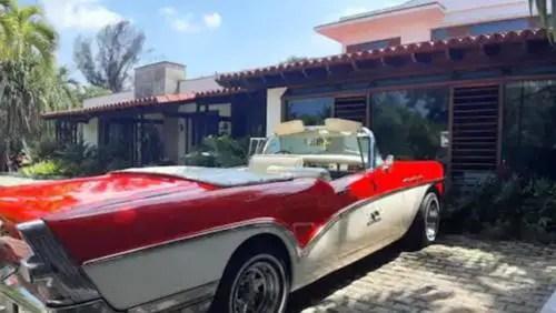 Paseo en autos antiguos para los turistas. es la oferta de la hija de Antonio Núñez Jiménez