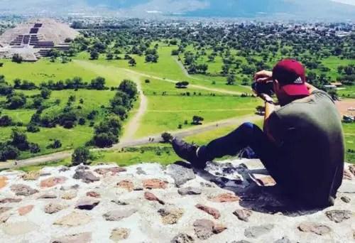 Raúl Rosales en uno de sus muchos viajes al extranjero. Foto de Facebook