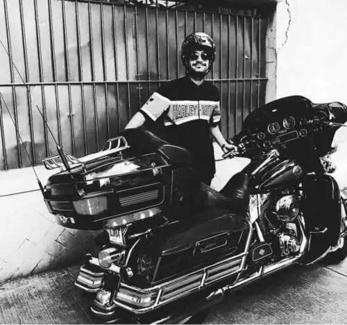 Raúl Rosales exhibiendo una moto Harley Davidson (Foto de Facebook)