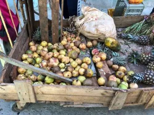 Frutas en mal estado, venta a la población. Foto del autor