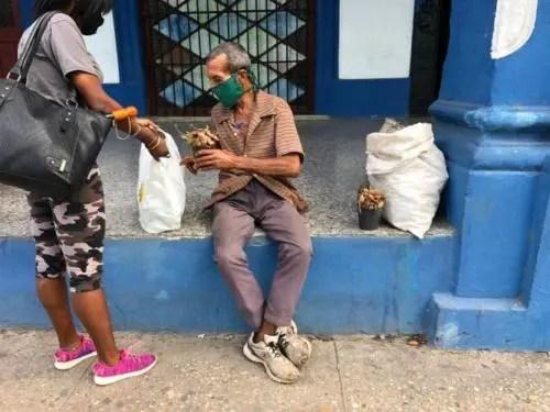 Economía de subsistencia. Un anciano vende tamarindos y se expone a ser multado por la policía. Foto del autor