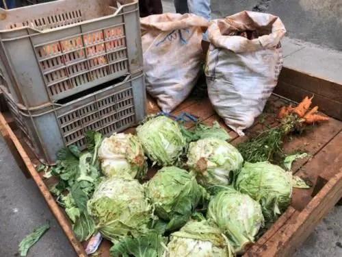 Carretilla con escasos productos del agro. Foto del autor