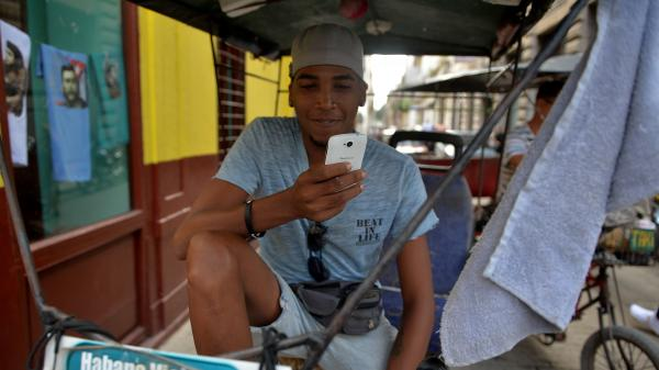 """""""C'est ça le progrès"""": à Cuba, il est désormais possible d'avoir le wifi à domicile"""