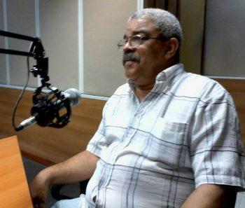 Pedro de la Hoz, Premio Nacional de Periodismo José Martí por la obra de la vida, en una foto durante su participación en la revista cultural Así, de Radio Rebelde (Foto: Radio Cubana)