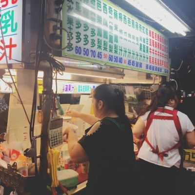 【台湾生活】台湾夏の果物の王様「木瓜(パパイヤ)」。台湾に来たら絶対に木瓜牛奶(パパイヤミルクティー)を飲もう!美味しい木瓜牛奶の注文の仕方を紹介します。