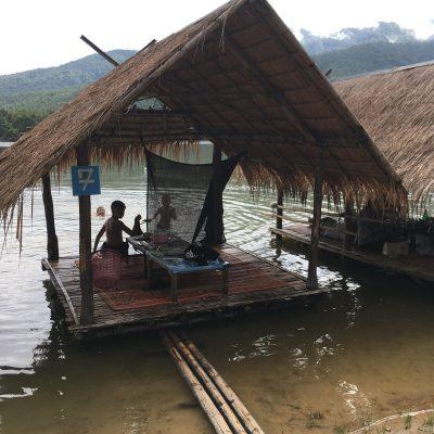 チェンマイの地元に大人気の「Huay Tung Tao Lake」フワイトゥンタオ貯水池の水上レストランでのんびりしてました。