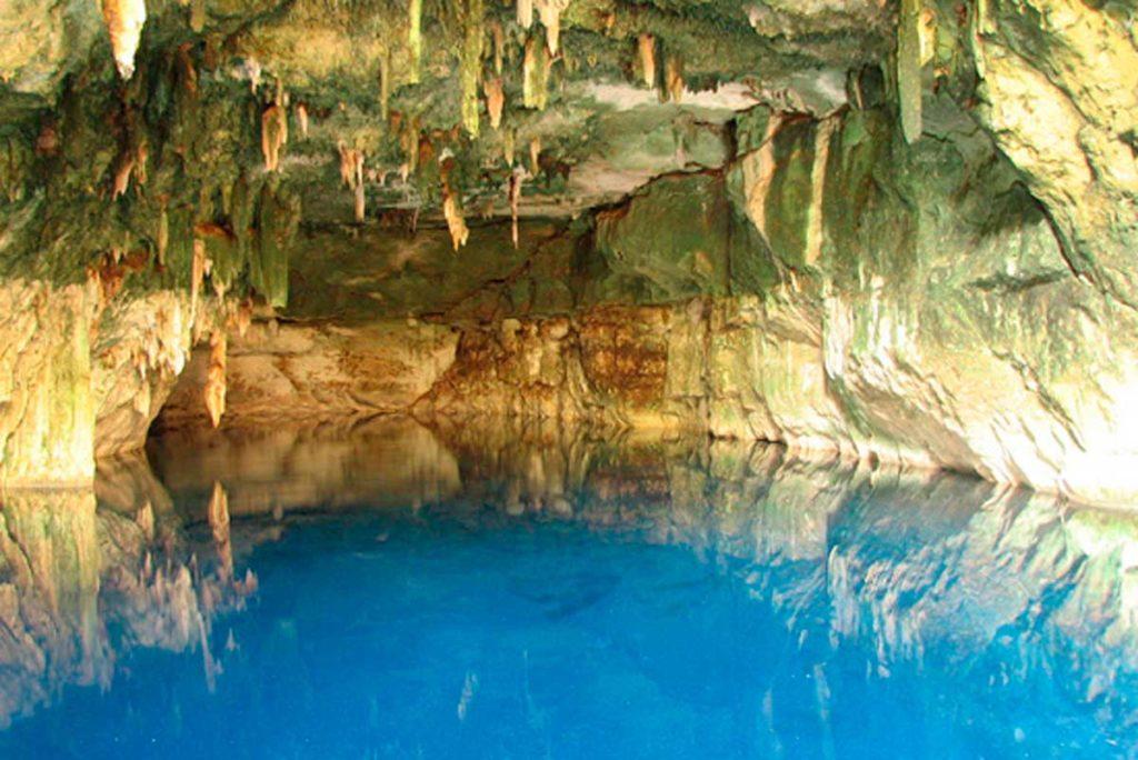Cenote atractivo de yucatan