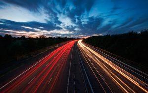 Estelas de luces de automóviles - fotografias nocturnas