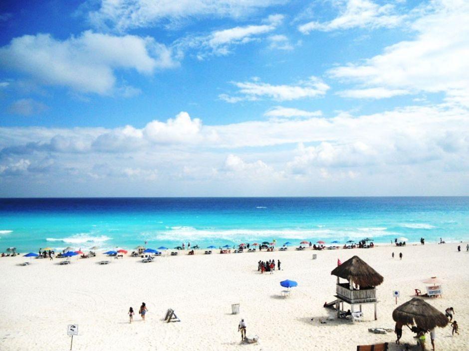 playa delfines - lugares a visitar en Cancun