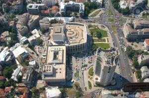 1729067-centro-bucarest-capitale-della-romania-piazza-universit-un-posto-importante-nel-1989-anti-comunismo-archivio-fotografico