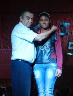 JURADO CARLOS RODRIGUEZ VIVIAN ENTREGA PREMIO A GANADORA