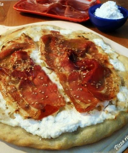 Pizza con ricotta e prosciutto crudo