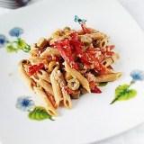 Penne integrali con filetti di peperone olive e tonno