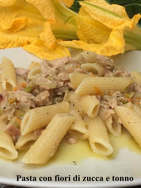 Pasta con fiori di zucca e tonno