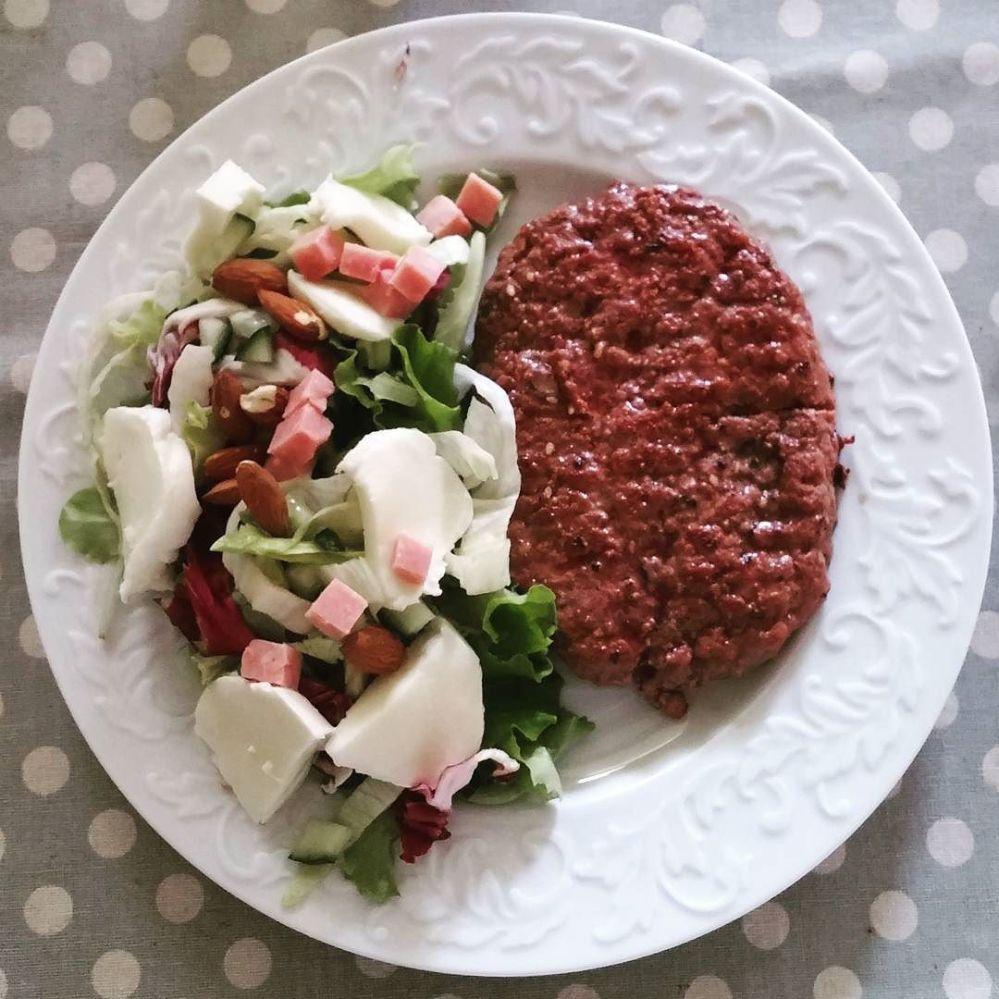 #lunch #hamburger #salad #mozzarella #ham #almonds #lightfood #healthy #dukan #diet #cucinadulight #food #wayoflife #quartafase