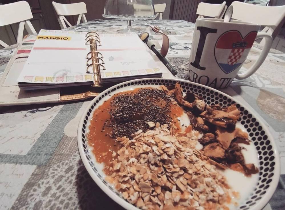 Quando fuori piove. #breakfast #rain #spring #crusca #yogurt #mousse #chia #cioccolato #tea #croatia #websterspages #agenda #plan #diet #dukan #lightfood #fitfood #quartafase #lowfat #lowcarb #highprotein #cucinaproteica #cucinadulight