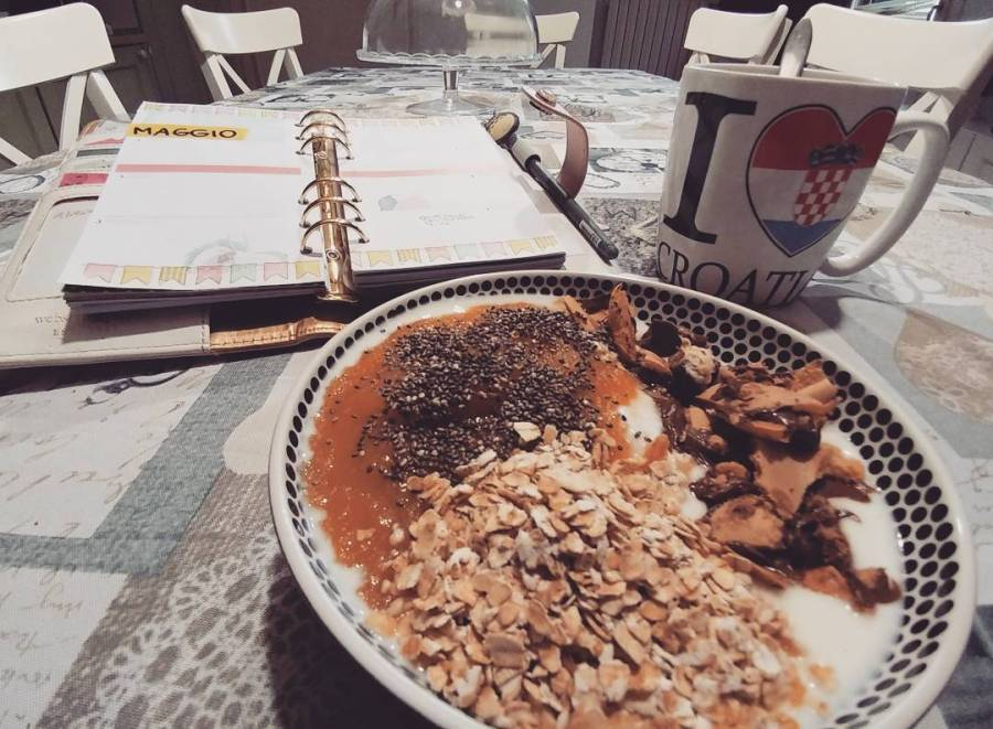 Quando fuori piove. #breakfast #rain #spring #crusca #yogurt #mousse #chia #cioccolato #tea #croatia #websterspages #agenda #plan #diet #dukan #lightfood #fitfood #quartafase #lowfat #lowcarb #highprotein #cucinaproteica #cucinadulight