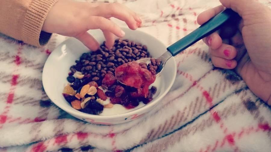 Non si ruba la merenda alla mamma!!😁😁 #furto #merenda #yogurt #cereali #rice #strawberry #fruttasecca #dukan #diet #lightfood #quartafase #mum #fitmum #vitadamamma #mia #cucinaproteica #cucinadulight