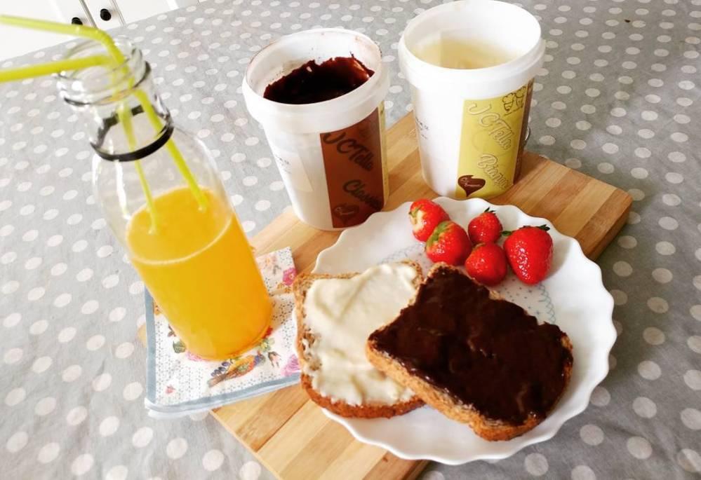 Con la JCtella la giornata non può che iniziare bene! #breakfast #jctella #blackandwhite #tibiona @bongionatura @tibiona_15 #spremuta #arancia #orangejuice #strawberries #bread #dukan #diet #lightfood #fitness #fitfood #preparati #Dulight #cucinaproteica #cucinadulight