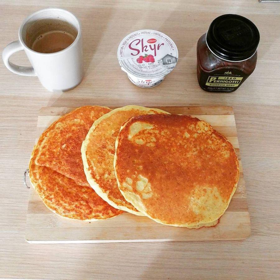Preparato pancakes dulight che potete trovare su Tibiona! #breakfast #pancakes #skyr #cremagianduia #pernigotti #caffelatte #lightfood #dukan #diet #quartafase #fitness #fitfood #highprotein #cucinaproteica #cucinadulight