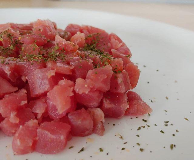 Aperitivo semplice e di qualità! #tartare #tonno #fish #prezzemolo #pepenero #oliodoliva #extravergine #lightfood #aperitivo #dukan #diet #dieta #dukanitalia #highprotein #lowfat #lowcarb #benessere #fitness #detox #mangiaresano #chef #cheflife #cucinaproteica #cucinadulight