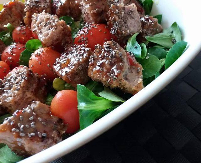 I colori del benessere! #hamburger #scottona #valeriana #pomodorini #semidichia #salsa #agrodolce #winter #lightfood #protein #dukan #diet #dieta #dukanitalia #carne #verdure #weightloss #chef #cheflife #cucinaproteica #cucinadulight