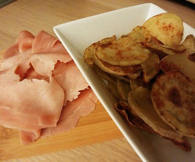 Aperitivo casalingo! #prosciutto #cotto #magro #patatine #chips #forno #buccia #paprica #dukan #diet #quartafase #amidaceo #oilfree #homemade #aperitivo #brescia #bresciafood #chef #cheflife #cucinaproteica #cucinadulight