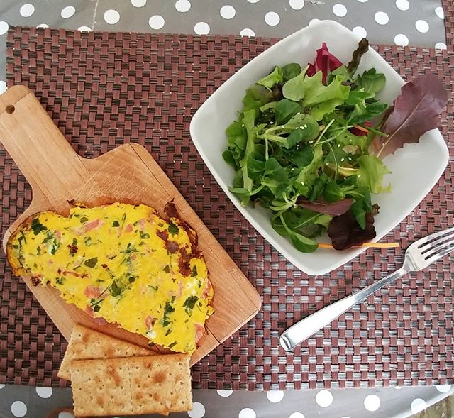 Pranzo dalla mamma ❤ Insalata mista, frittata con emmenthal, salame di prosciutto ed erbette! #lunch #mumshouse #home #mummy #insalata #frittata #eggs #salame #lightfood #dukan #diet #dieta #dukanitalia #quartafase #weightloss #fitness #fitfood #cucinaproteica #cucinadulight