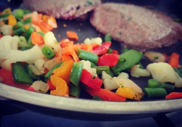 In diretta dalla mia padella!😀 #hamburger #puledro #rucola #prunk #verdure #orogel #contorno #lightfood #protein #fitness #fitfood #benessere #dukan #diet #dieta #dukanitalia #winter #carne #chef #cheflife #foodblogger #cucinaproteica #cucinadulight