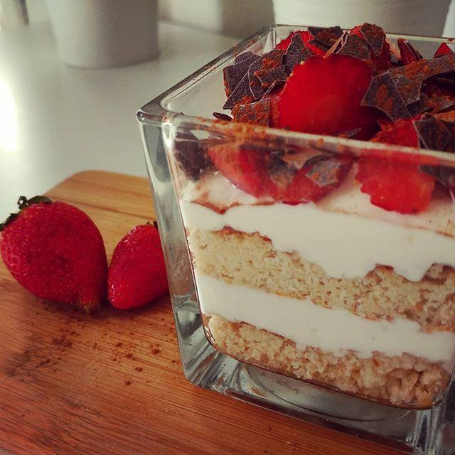 Il preparato per pancake dulight oggi voleva far la base per una tortina allo yogurt, e l'ho accontentato!😄 #pancake #torta #yogurt #fage #fragole #chocolate #mysyrup @myproteinit #tibiona @bongionatura #dukan #diet #dieta #lightfood #benessere #relax #cibosano #fitness #fitfood #quartafase #consapevolezza #weightloss #cucinaproteica #cucinadulight