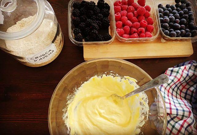 Che si prepara oggi?🍓🍑🍒 Una ricetta super gustosa e fresca presa dal libro di ricette di Cucina Dulight (lo trovate su Amazon)! Stay tuned... #ricette #dukan #book #recipies #ricettario #diet #dieta #benessere #lightfood #fitness #fitfood #crusca #more #lamponi #mirtilli #fruits #cake #torta #sweet #spring #chef #cheflife #foodblogger #cucinaproteica #cucinadulight