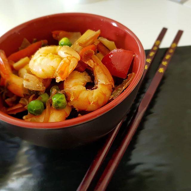 Arriva il caldo e un pranzo scottato in padella pronto in 5 minuti é quello che ci vuole! 🤗 #asian #lightfood #gamberi #verdure #bamboo #dukan #diet #ddi #dietadukanitalia #benessere #cibosano #Kitchen #fitness #fitfood #chef #bresciafood #cucinaproteica #cucinadulight